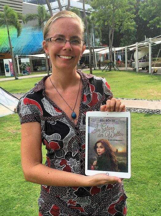 Åsa Böker auf den Philippinen mit dem E-Book ihres ersten Romans