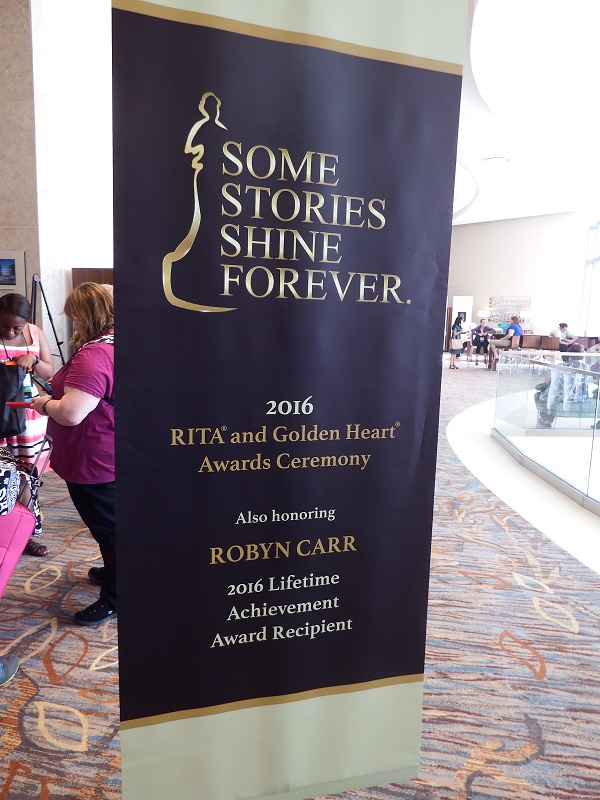 RWA 2016 - 94 - Banner zur Ehrung von Robyn Carr mit dem Nora Roberts Lifetime Achievement Award