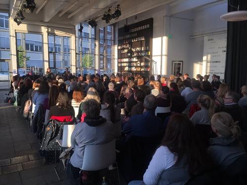 Das Publikum im vollbesetzten Verlagsfoyer (© Bastei Lübbe)