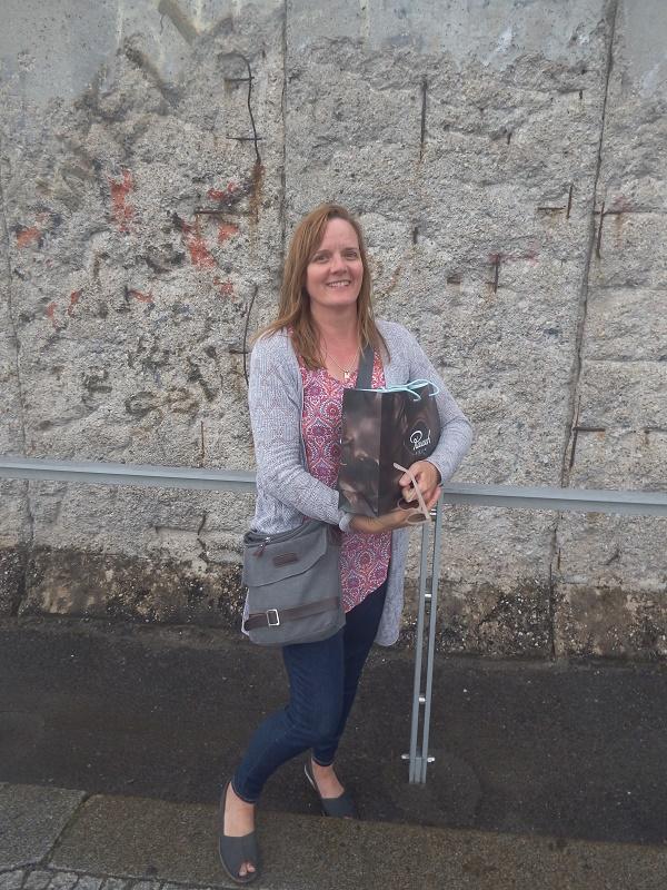 Anne Eliot am Vortag der RARE vor Überresten der Berliner Mauer