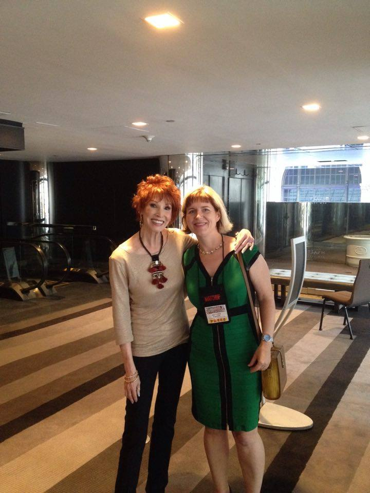 Bestsellerautorin Sandra Brown (bei Blanvalet & CORA/ MIRA) mit Redakteurin Jeannette Bauroth (rechts)