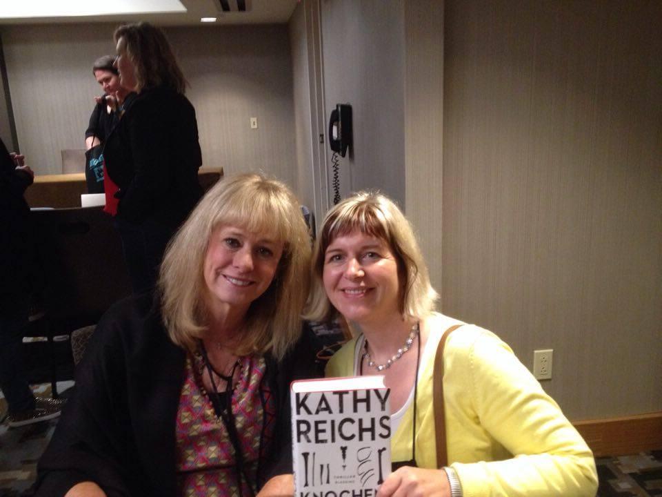 """""""Bones""""-Erfinderin Kathy Reichs (auf Deutsch bei Blessing und Heyne) mit Redakteurin Jeannette Bauroth (rechts)"""