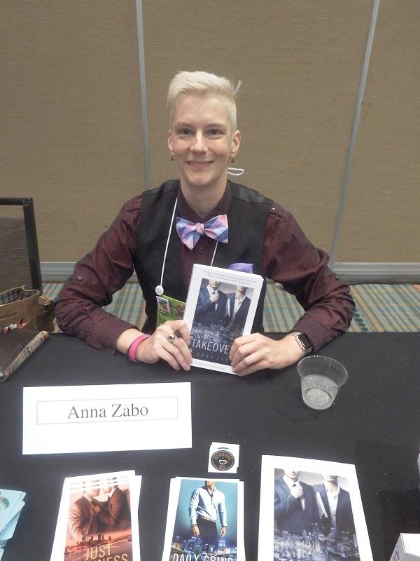 Anna Zabo mit der englischsprachigen Ausgabe des Buches auf der RWA-Konferenz 2017 in Orlando